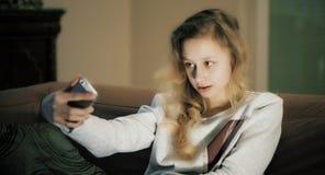 Retrato de Selfie, muchacha con el teléfono elegante Fotos de archivo