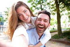 Retrato de Selfie de pares felizes na data fora no parque fotografia de stock