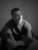 Retrato de sentar o homem europeu adulto novo imagens de stock