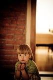 Retrato de sentar um menino com olhar preocupado Fotos de Stock Royalty Free