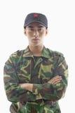 Retrato de Solider sério com os braços cruzados, tiro do estúdio, cintura acima Fotos de Stock