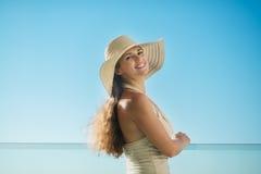 Retrato de sonhar a mulher que está no balcão fotos de stock royalty free
