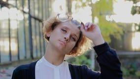 Retrato de sonhar vidros vestindo da mulher loura, olhando direito e vidros da descolagem filme