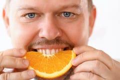 Retrato de sorriso da fatia de Eating Tropical Citrus do cozinheiro chefe fotografia de stock royalty free