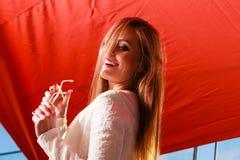 Retrato de sorriso da mulher da beleza fotos de stock royalty free