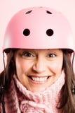 Fundo de ciclagem vestindo do rosa do retrato do capacete da mulher engraçada   Imagens de Stock