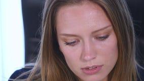 Retrato de sorriso do close up da mulher Câmera de vista profissional nova da mulher de negócio feliz video estoque