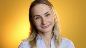 Retrato de sorriso do close up da mulher Câmera de vista profissional nova da mulher de negócio feliz Modelo de Beautifulfemale s vídeos de arquivo