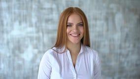 Retrato de sorriso do close up da mulher Câmera de vista profissional nova da mulher de negócio feliz Retrato de um sorriso video estoque