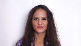 Retrato de sorriso do close up da mulher moreno nova Câmera de vista profissional nova da mulher de negócio feliz Movimento lento vídeos de arquivo