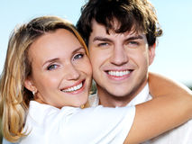 Retrato de sorriso feliz dos pares na natureza Fotos de Stock