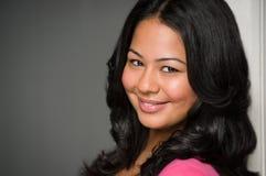 Retrato de sorriso latino-americano novo atrativo da mulher. Imagem de Stock