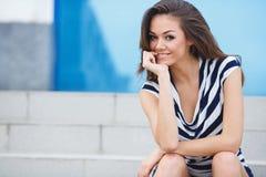 Retrato de sorriso novo da mulher fora Fotografia de Stock