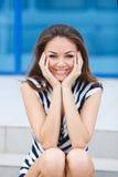 Retrato de sorriso novo da mulher fora Foto de Stock