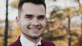 Retrato de sorrisos felizes seguros do homem na câmera video estoque
