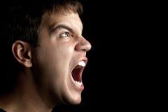 Retrato de sreaming enojado joven del hombre aislado Foto de archivo libre de regalías