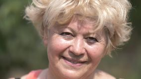 Retrato de sudar a la mujer que mira la cámara y de la sonrisa foto de archivo