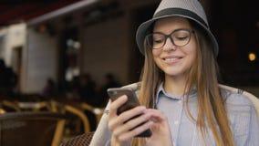 Retrato de textos da menina no café vídeos de arquivo