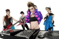Retrato de toda la banda de punk rock femenina sobre el fondo blanco Imagen de archivo