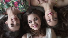 Retrato de três amigas Vista superior As meninas estão encontrando-se na cama Movimento lento filme