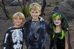 Retrato de três amigos no traje de Dia das Bruxas Fotografia de Stock Royalty Free