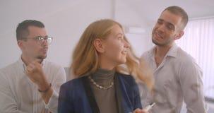 Retrato de três collleagues que trabalham junto no escritório dentro Mulher de negócios que conceitua ideias na tela filme