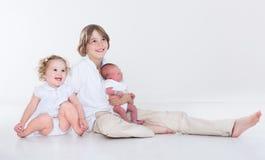 Retrato de três irmãos com roupa branca Fotos de Stock Royalty Free