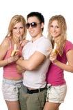Retrato de três jovens alegres Imagem de Stock