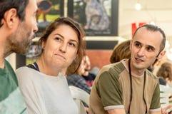 Retrato de três jovens que sentam-se junto em uma galera imagens de stock royalty free