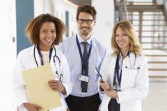 Retrato de três masculinos e de doutores fêmeas, olhando à câmera imagem de stock royalty free
