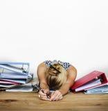 Retrato de trabajo duro del estudio de la sobrecarga de la tensión de la mujer fotos de archivo