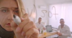 Retrato de tres collleagues que trabajan junto en la oficina dentro Ideas de la escritura de la empresaria en la pantalla almacen de metraje de vídeo
