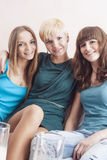 Retrato de tres hembras caucásicas felices que llevan el soporte dental fotos de archivo
