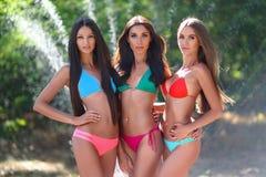 Retrato de tres muchachas atractivas hermosas en la playa Fotografía de archivo libre de regalías