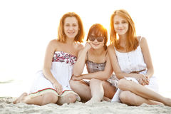 Retrato de tres muchachas hermosas en la playa. Fotografía de archivo