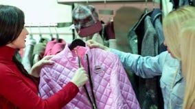 Retrato de tres mujeres jovenes hermosas que hacen compras en una tienda de ropa almacen de video