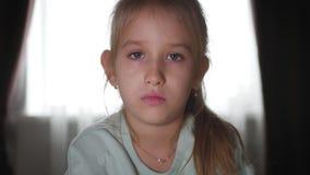 Retrato de um adolescente e de um urso de peluche tristes que encontram-se na cama video estoque