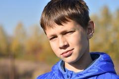 Retrato de um adolescente europeu em um revestimento fotografia de stock