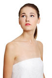 Retrato de um adolescente fêmea envolvido com uma toalha. Fotos de Stock