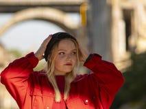 Retrato de um adolescente louro da moça em um chapéu negro feito malha na rua fotografia de stock royalty free