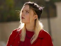 Retrato de um adolescente louro da moça em um chapéu negro feito malha na rua imagens de stock royalty free
