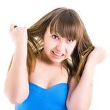 Retrato de um adolescente que grita e irritado no fundo branco Imagens de Stock