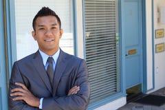 Retrato de um advogado asiático seguro fora imagens de stock