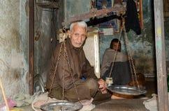 Retrato de um ancião na rua famosa do alimento, Lahore, Paquistão imagens de stock royalty free