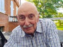 Retrato de um ancião, sair feliz do aposentado do carro foto de stock royalty free