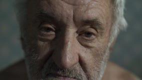 Retrato de um ancião triste vídeos de arquivo