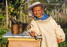 Retrato de um apicultor alegre do rapaz pequeno imagem de stock royalty free
