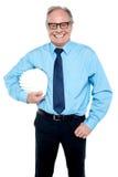Retrato de um arquiteto que guardara um capacete de segurança Fotos de Stock