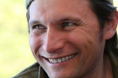 Retrato de um ascendente próximo de sorriso do homem fotografia de stock