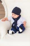Retrato de um assento e de um sorriso bonitos do bebê Criança idosa adorável de quatro meses Imagem de Stock